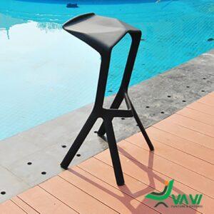 Ghế bar nhựa đúc hiện đại màu đen tại bể bơi
