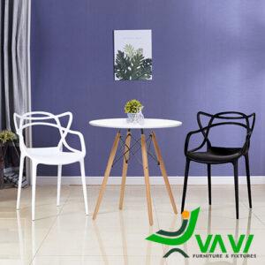 Bộ bàn cafe tròn chân gỗ 2 ghế nhựa đúc kiểu cách
