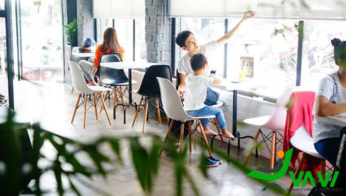 Ghế eames trong quán cafe